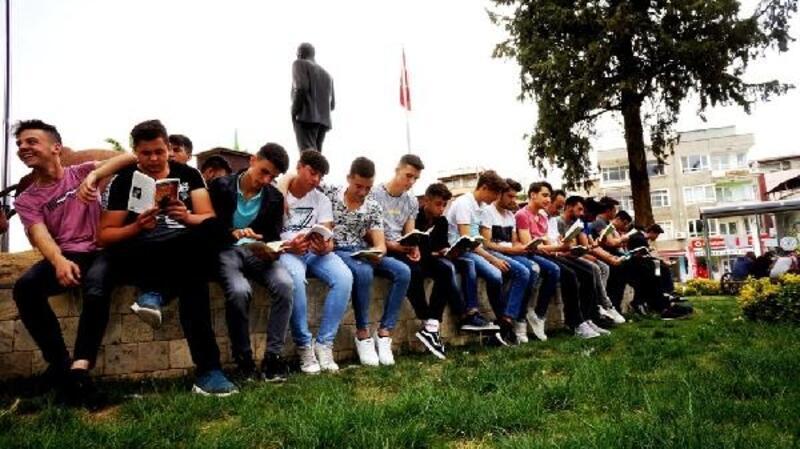 Liseliler farkındalık için kitap okudu