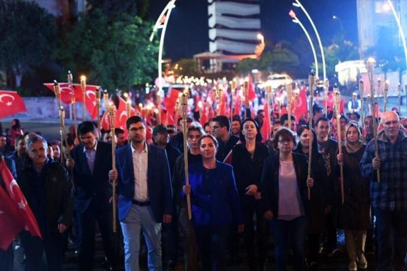 Uşak'ta meşaleli 100'üncü yıl kutlaması