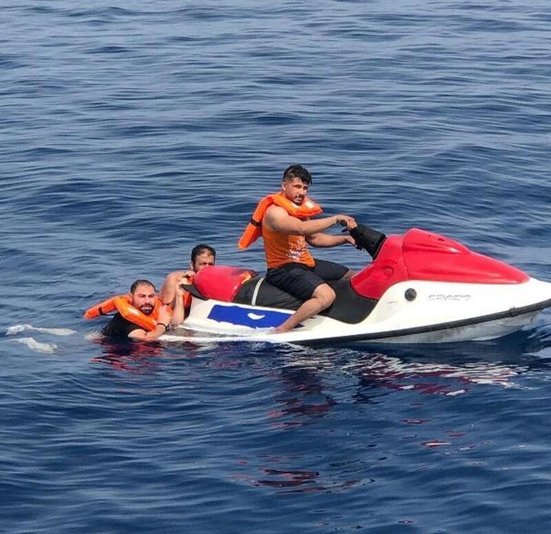 Arızalanan jet ski'deki kaçak göçmenleri, Sahil Güvenlik ekibi kurtardı