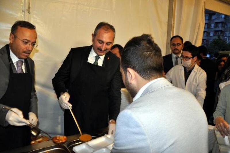 Adalet Bakan Gül, iftar çadırında vatandaşa yemek dağıttı