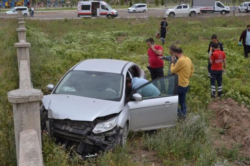 Duvara çarpan otomobilde, boynuna ip bağlı halde ölü bulundu