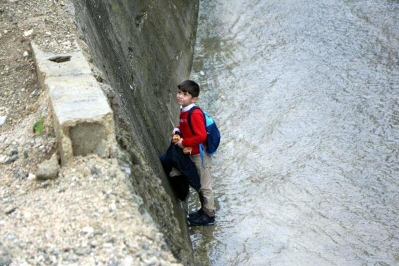 Okuldan dönerken dereye düşen çocuk kurtarıldı