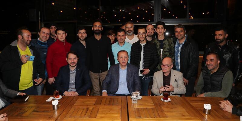 Cumhurbaşkanı Erdoğan, kafede vatandaşlarla sohbet etti