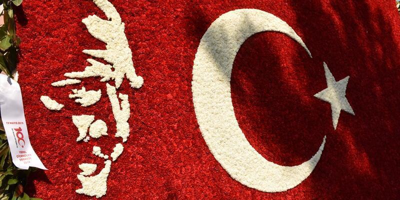 50 binkaranfilile Türk bayrağı yaptılar