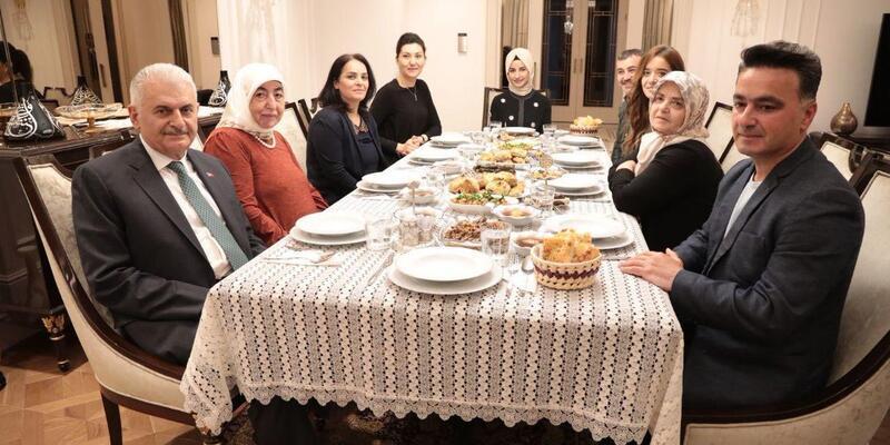 Binali Yıldırım, Twitter'dan davet ettiği aileyle iftar yaptı