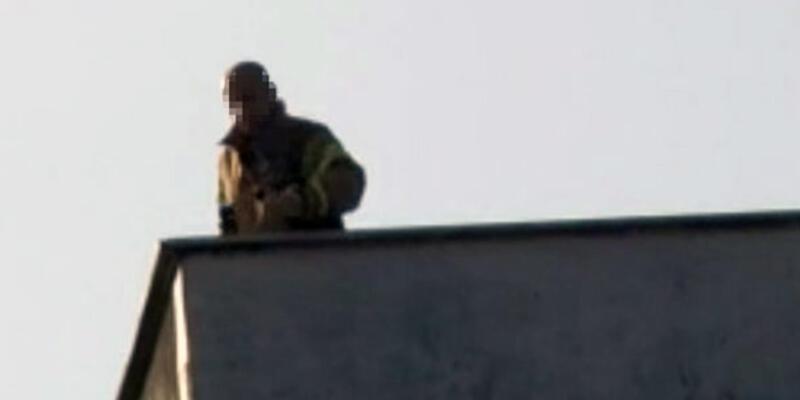 Kadıköy'de elinde silahla çatıya çıkan şahıs polisi alarma geçirdi