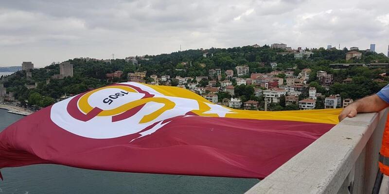 Galatasaray bayrağı köprülere asıldı