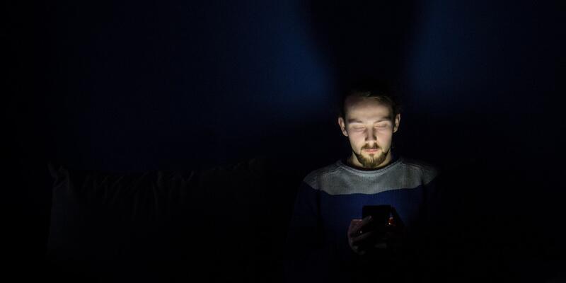 Cep telefonlarından yansıyan mavi ışık uyku düşmanı