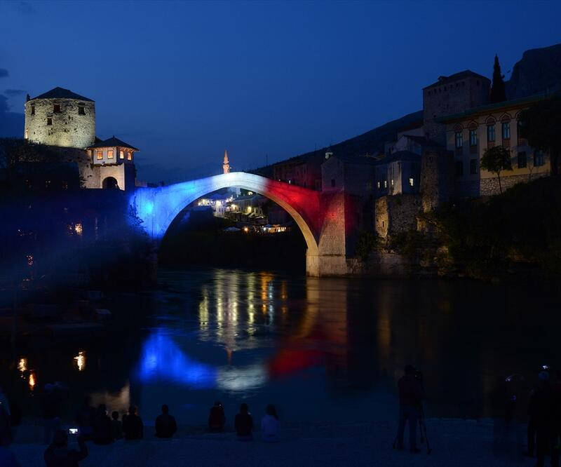 Mostar Köprüsü Notre Dame için ışıklandırıldı