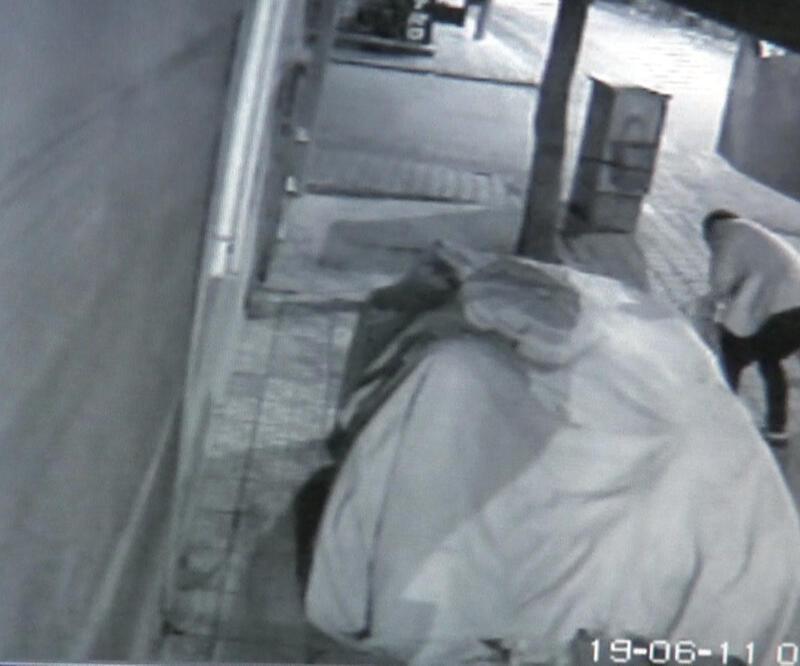 3 kişi marketin önüne tuvaletini yapıp, karpuz çaldı