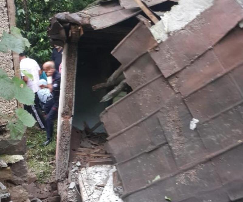 Duvarı yıkılıp, çatısı çöken evden mucize kurtuluş